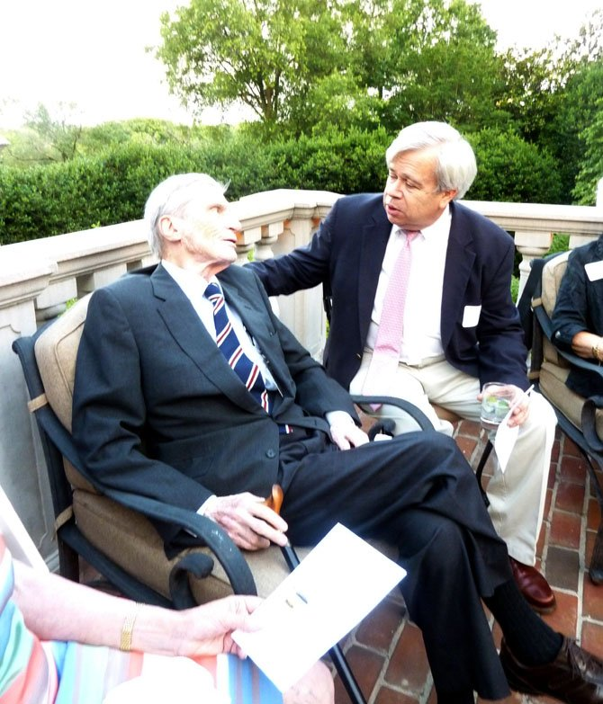Former U.S. Sen. John Warner visits with Ellis Duncan.
