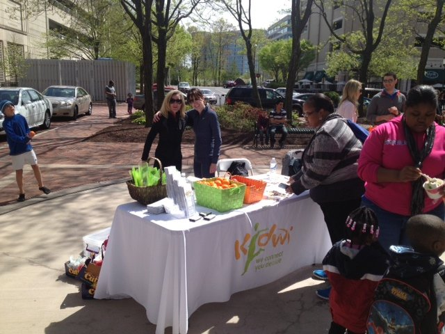 Linda Nimmo and Jamie Finch of KidWX gave away fresh fruit when they recently sponsored a table at the Northern Virginia Kidney Walk at the Reston Town Center.