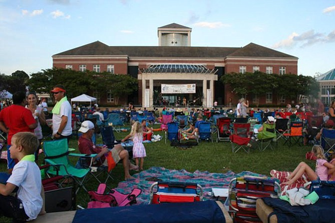 The crowd starts to fill in at Herndon's Friday Night Live.